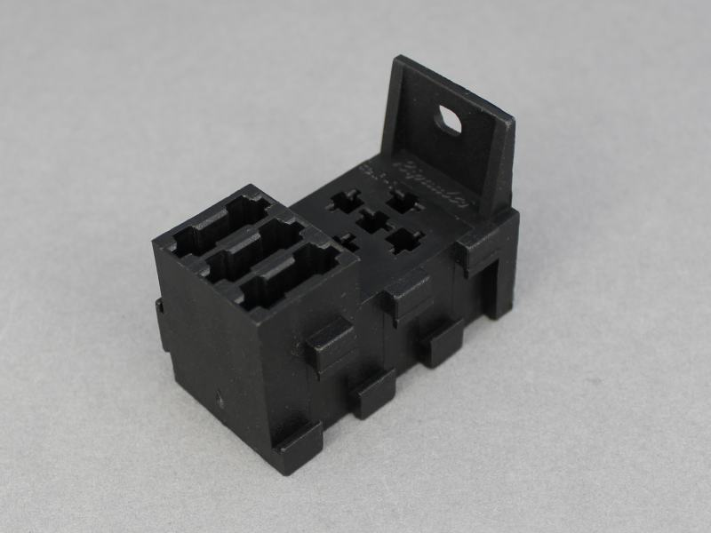 Relay Socket With Integrated 3x Blade Fuse Holder